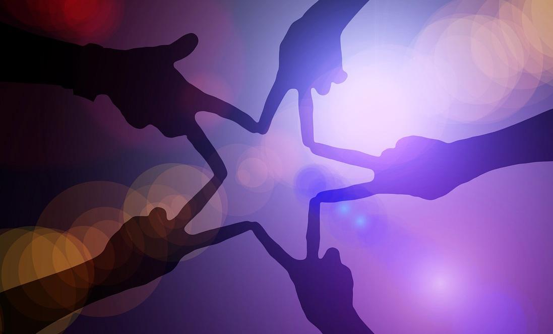 photo illustrant la libération des potentiels grâce à Eclat de toi avec des mains tenant une étoile