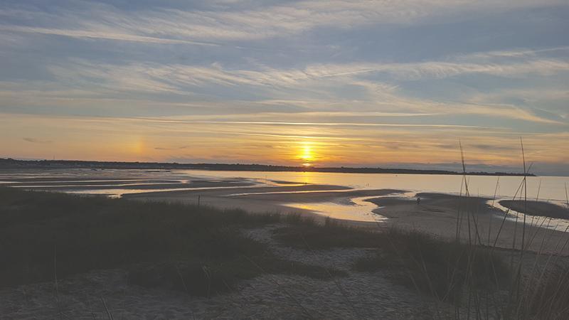 Photo d'un coucher de Soleile , le soleil est orangé et la mer calme et paisible. Photo prise par Véronique Ruotte