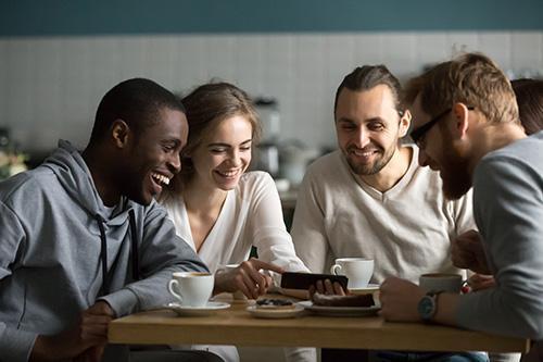 groupe de personnes riant symbolisant le lien social et le bien-être après un atelier de l'enjeu par le jeu d'éclat de toi