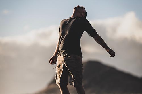 Homme en plein lâcher prise démontrant la pleine confiance en soi grâce au atelier d'éclat de toi