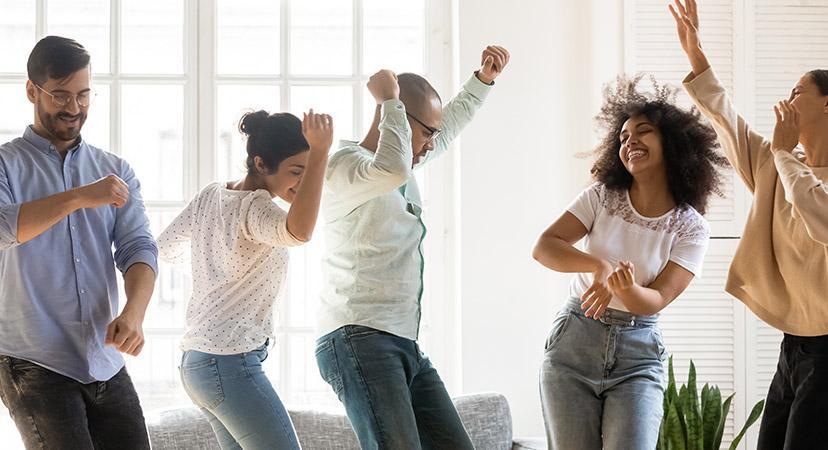 groupe de personnes libérant son potentiel par le Rire et la Danse grâce à Eclat de toi