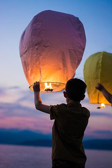 Pour contacter Véronique ruotte éclat de toi, une photo montrant une persoone avec un ballon orangé style lanterne prêt à envoyer un message